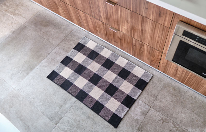 floor mat on tile kitchen | diy home decor projects